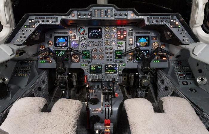 Hawker_800A_258206_Cockpit-Web