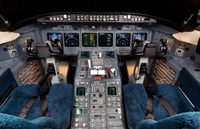 CL604 Cockpit-Web